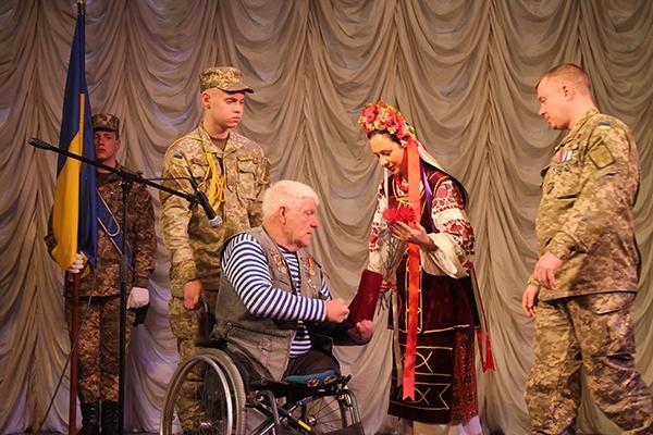 """""""Желаю нам всем, чтобы война скорее закончилась и победа была за нами"""", — сказал Григорий Янченко, получая награду"""