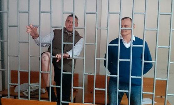 Станислав Клых показывает следы пыток. Фото: Олег Мезенцев.