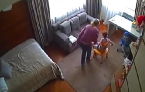 Логопед била дитину. Фото: скріншот з відео.