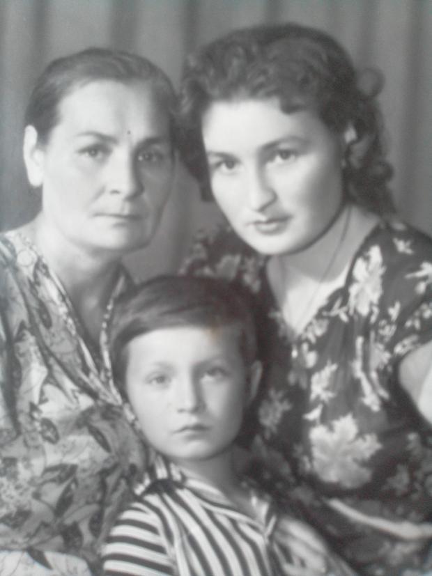 Софія Ярова після війни з матір'ю Єфросинією і сином Валерою. Фото з особистого архіву