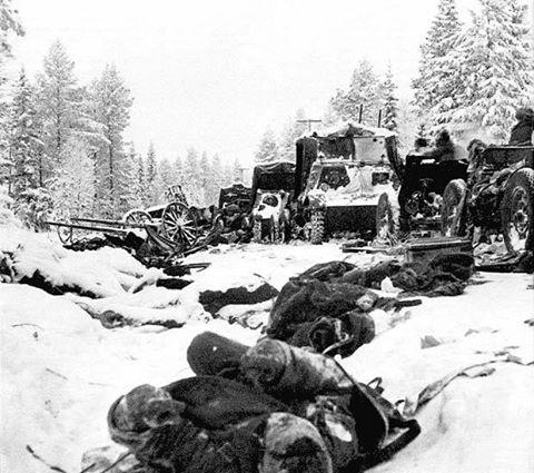Фото - остатки советской 44-й дивизии после разгрома в сражении на Раатской дороге.
