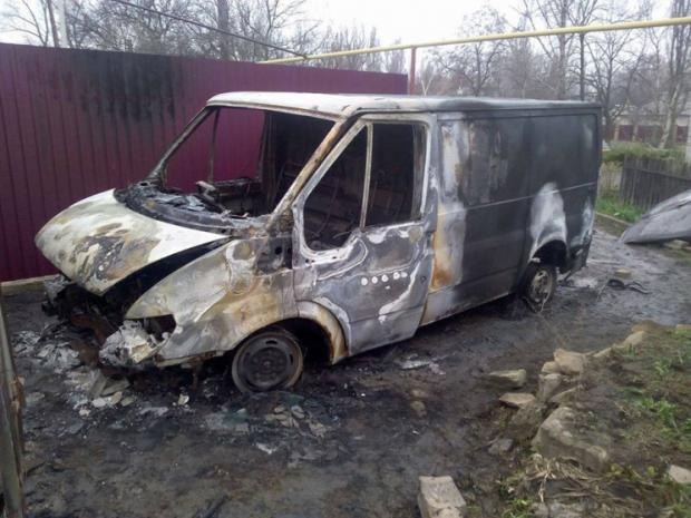 У Торецьку невідомі спалили мікроавтобус волонтера. Фото: соцмережі.