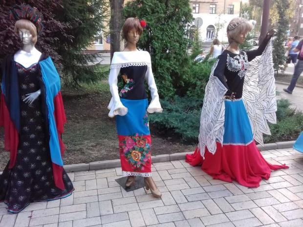 """У """"ДНР"""" дівчатам пропонують вдягатися ось так. Фото: соцмережі."""