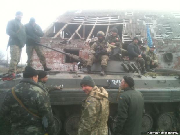 Українські військові у Тоненькому: третя рота готується до заїзду в ДАП, позаду –ферма, де бійці жили після обстрілу