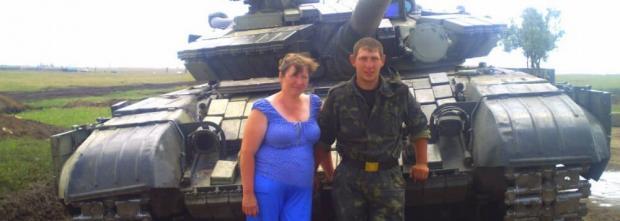 Мати із звільненим з полону терористів сином. Фото: 0352.ua