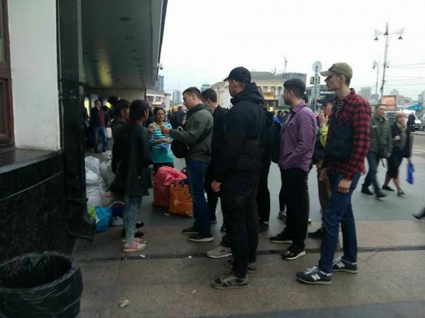 """Активісти провели """"виховну бесіду"""" з ромами на Центральному залізничному вокзалі Києва. Фото:Facebook"""