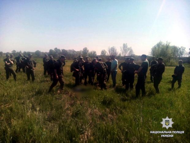 Хлопця знайшли на дорозі за селищем. Фото: прес-служба нацполіції.