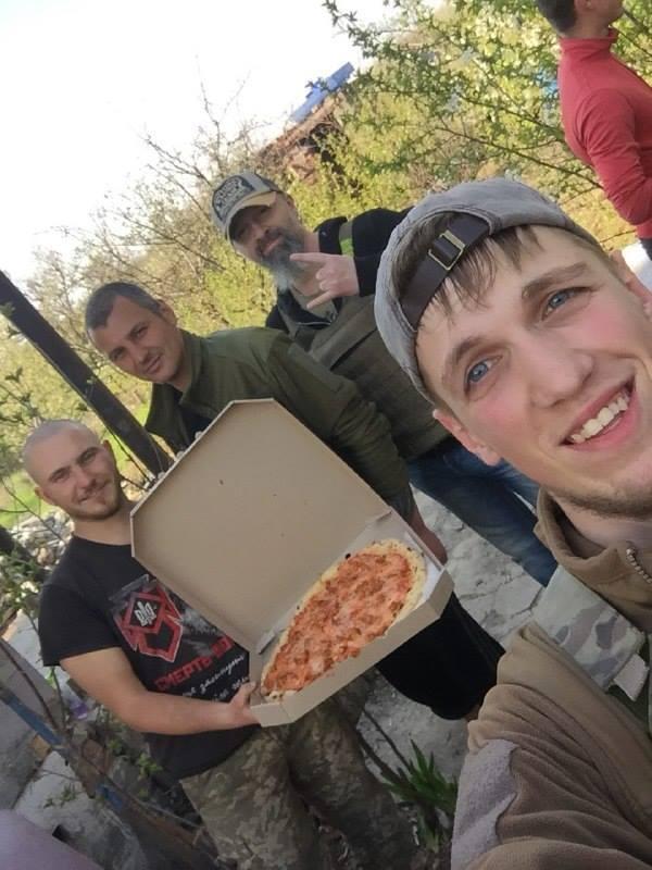 """Раз на тиждень хлопці з маріупольської піцерії """"Ветерано"""" возять """"підвішені"""" піци на передову. На передньому плані - Олексій """"Кельт"""". Фото: Facebook"""
