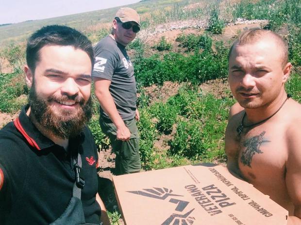 """Раз на тиждень хлопці з маріупольської піцерії """"Ветерано"""" возять """"підвішені"""" піци на передову. Фото: Facebook"""