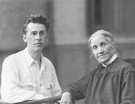 Павло Тичина з першою вчителькою