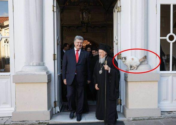 Петро Порошенко, патріарх Варфоломій і біла кішка. Фото: Фейсбук.