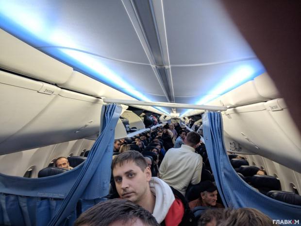 Пасажирам іншого лайнера довелося прибути в інший аеропорт. Фото: Главком.