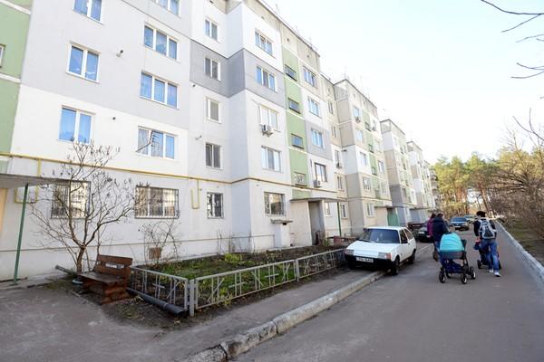 В своей квартире в этом доме под Киевом Ольга Фарбей пока еще живет, но в любой момент вместе с мужем и несовершеннолетней дочкой может оказаться на улице