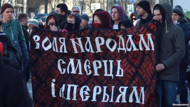 Білоруська молодь на демонстрації в День Волі з антиросійським транспарантом: «Свободу народам, смерть імперіям». Мінськ, 25 березня 2016 року