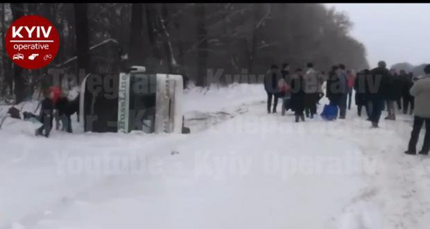 """Автобус """"Київ-Москва"""" перекинувся. Фото: скріншот з відео."""