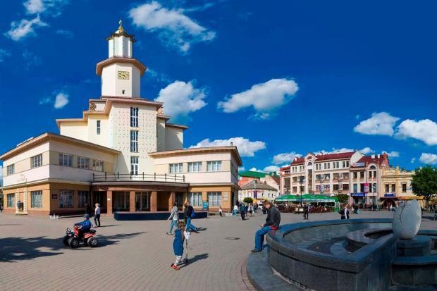 Біля ратуші у Франківську трапляються інколи дивні історії. Фото: Franyk.com.