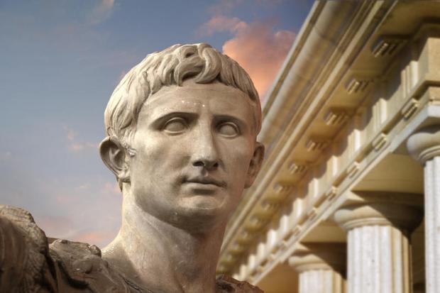Героїзована статуя Юлія Цезаря, що на думку давніх римлян втілювала його героїчний образ