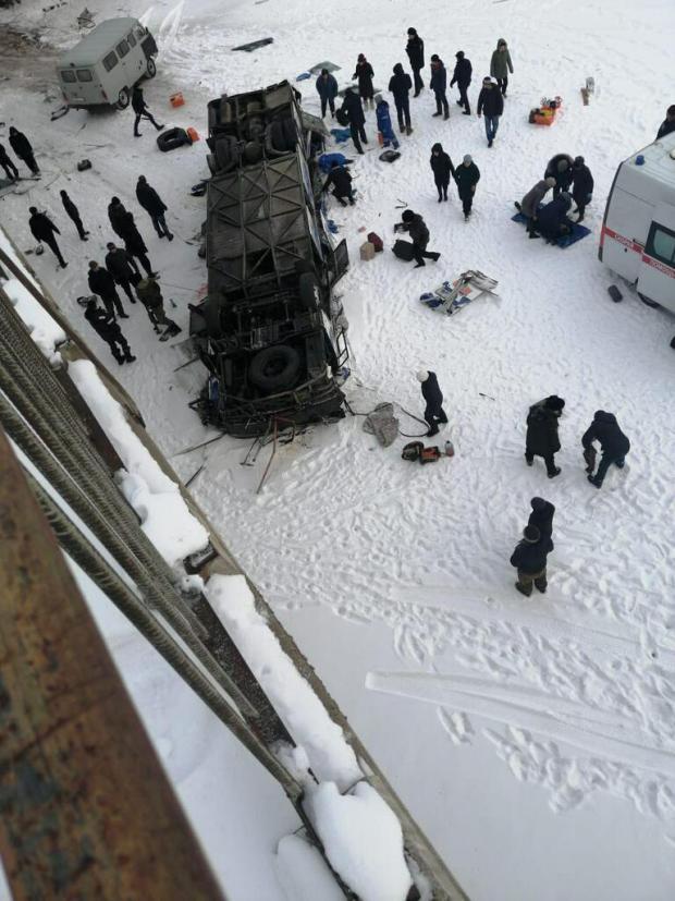 У Росії з мосту на лід впав автобус з людьми