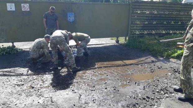 Військовим наказали вибирати воду з калюж перед приїздом Зеленського