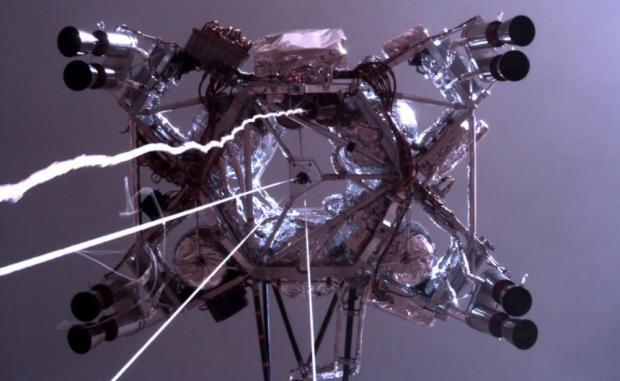 Знімок зробила інженерна камера оцінки загроз ровера Hazcam, яка використовується для технічних потреб і не може робити фото у високій роздільній здатності.