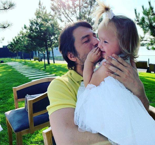 Телеведучий Сергій Притула поділився   зворушливою світлиною з донькою
