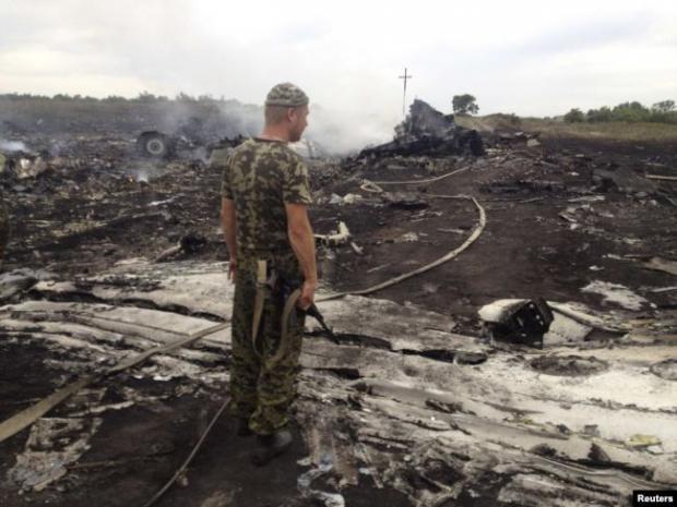 Бойовик перед уламками «Боїнга-777». 17 липня 2014 року