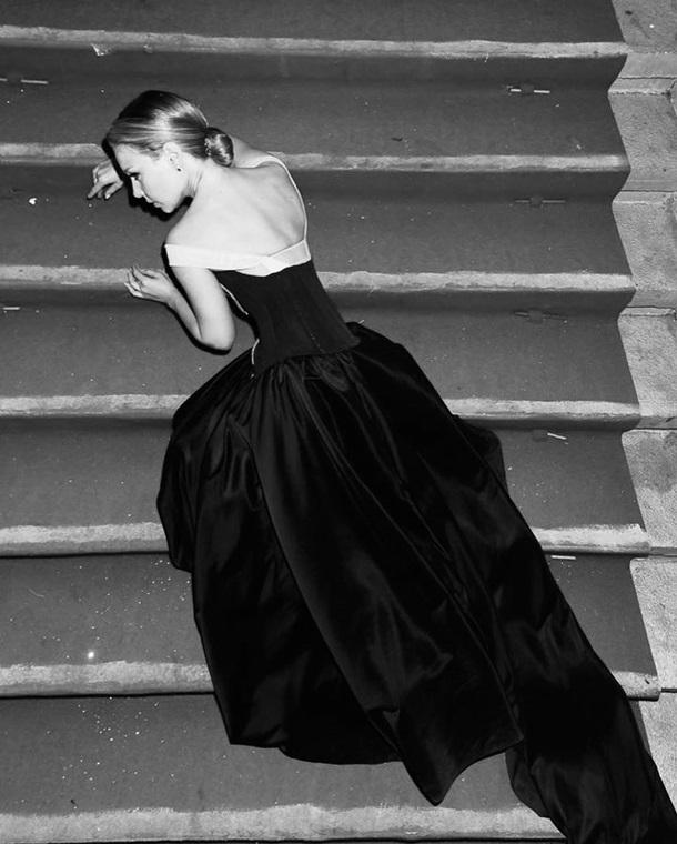 Леді в чорному: Тіна Кароль чуттєво позувала на сходинках ...