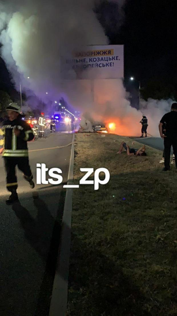 У Запоріжжі авто врізалось в опору білборда і загорілось