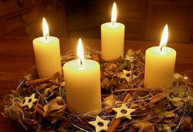 Традиційний вінок із чотирма свічками, що символізують 4 неділі Адвенту
