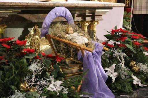Немовлятко Ісус в яслах у католицькій церкві