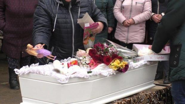 Односельчани попрощалися з вбитою Марією Борисовою .