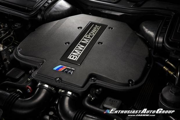 """Автомобіль комплектувався 4,9-літровим V8, який видавав """"на гора"""" 400 л.с. та міг розганяти седан до 100 км/год за 4,8 с"""