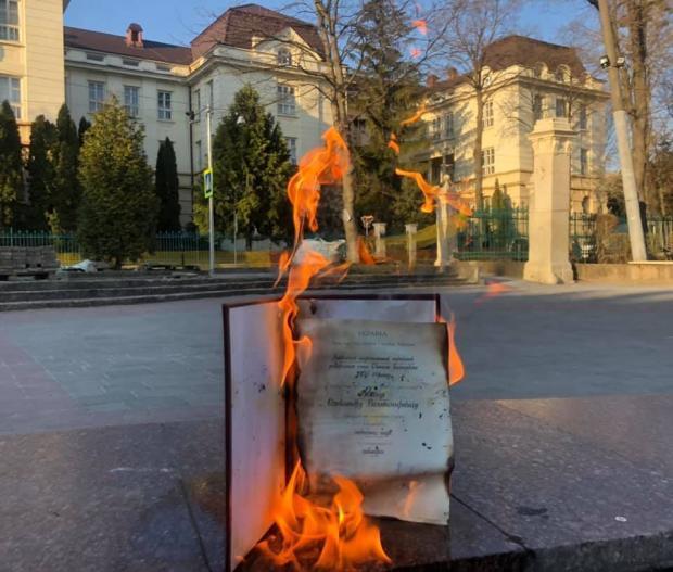 Олександр Ябчанка спалив свій диплом кандидата наук.