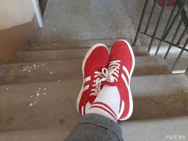 Не те одягла, - мешканку Мінська оштрафували за червоно-білі шкарпетки 01