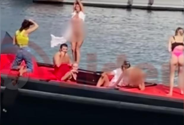 Дівчата влаштували голу зйомку на яхті в Туреччину