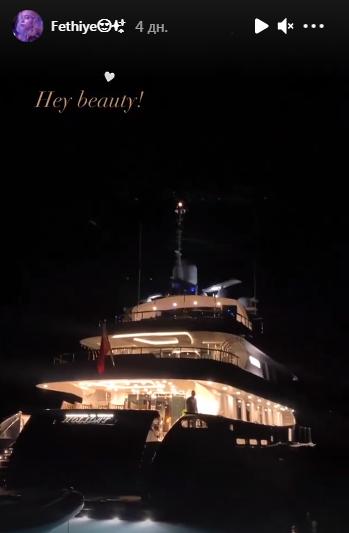 Яхта, на якій відпочивали дівчата