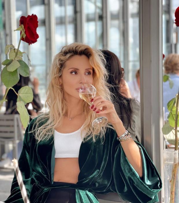 Світлана Лобода п'є з келиха.